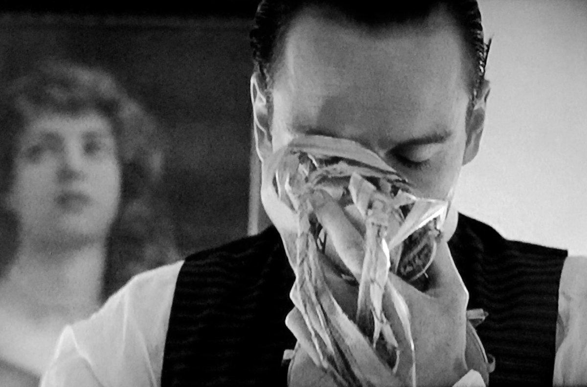 おファス、シャーロックホームズ3(ガイリチ/デクスター版)にモラン役で出演するのかい?  モラン役すごい嬉しい!。ファスモラン見たいな  画像はBBCのシャーロックホームズ・淑女殺人事件で使用人役を演じるおファス。あやしさMAX。  #マイケルファスベンダー #MichaelFassbenderpic.twitter.com/p5qIfcN4zQ