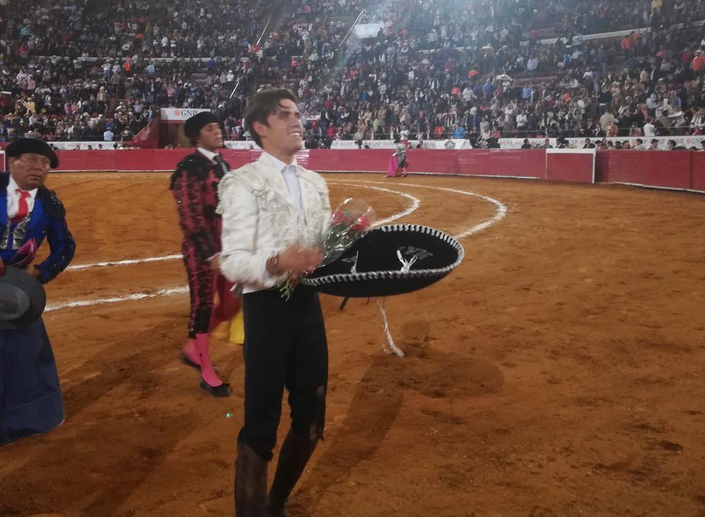 Información @Latitud_mx @guillerhermoso corta su primer oreja en @LaPlazaMexico