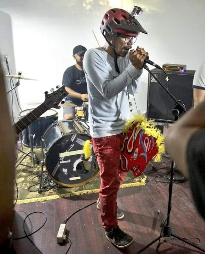 rocker indie suroboyo sing paling nggaplek'i.. ZEWEX..  Gak jelas cita-citane dadi vokalis opo dadi jaran kepang.. https://t.co/gynEQ4EE5B