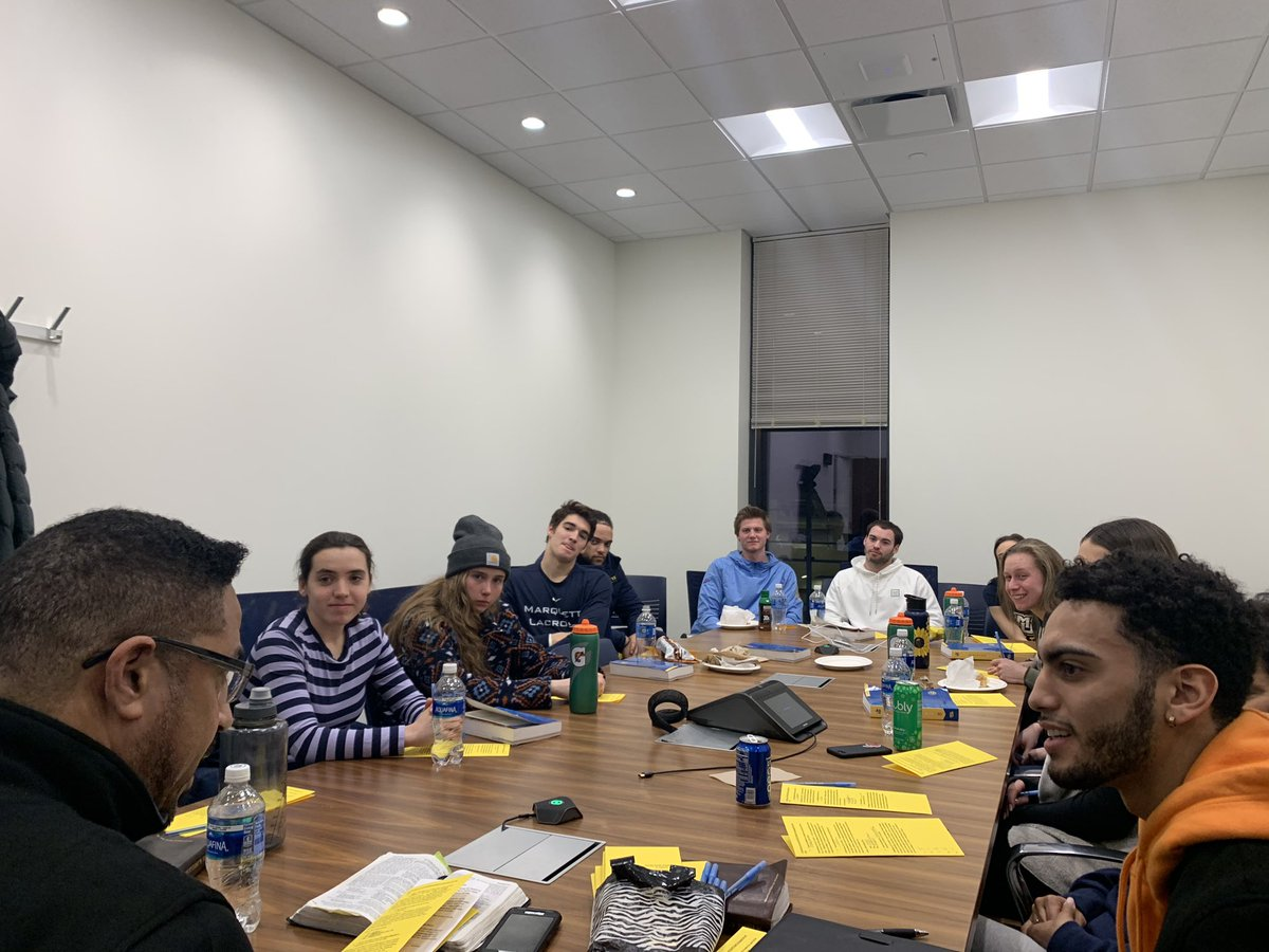 Honored to be invited to attend the Fellowship of Christian Athletes meeting tonight on the campus of Marquette University. Really proud of @markushoward11 for living his faith out loud and leading FCA on his campus. #PressingForward #Influence pic.twitter.com/9ZkMLB60xp