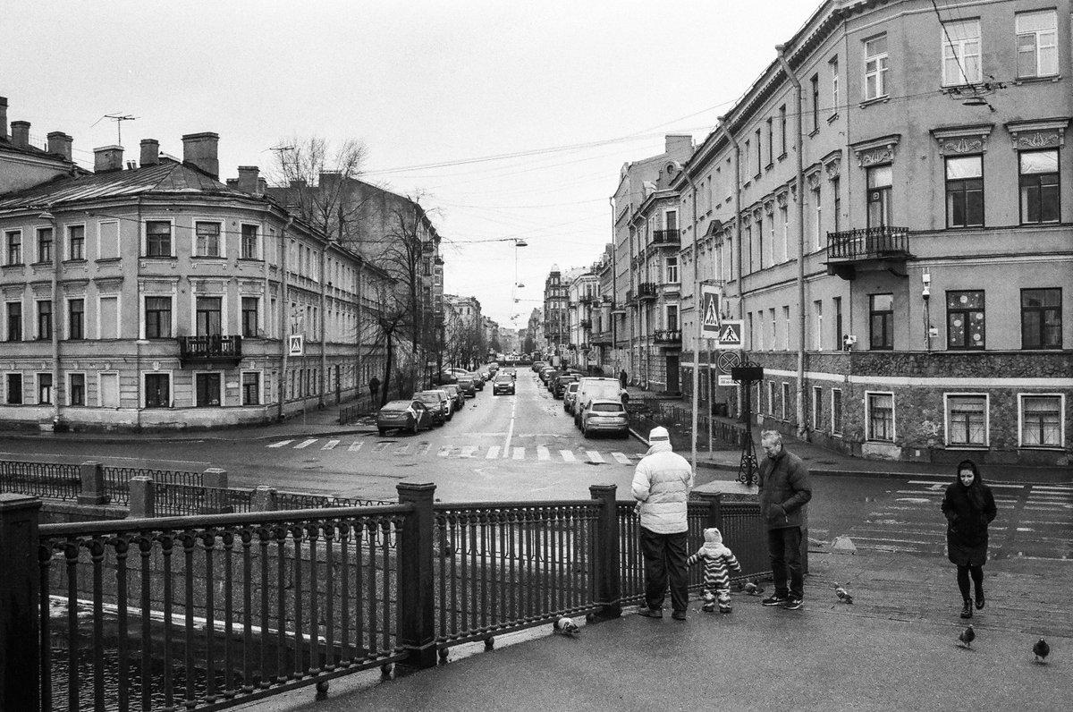 Russia St.Petersburg 01/2020 Olympus om-2sp,Zuiko Auto-W 35 mm f/ 2.8,agfa 400 #streetphotography #filmphotography #blackandwhitephotography #35mmfilmpic.twitter.com/wyB2dCgkqS