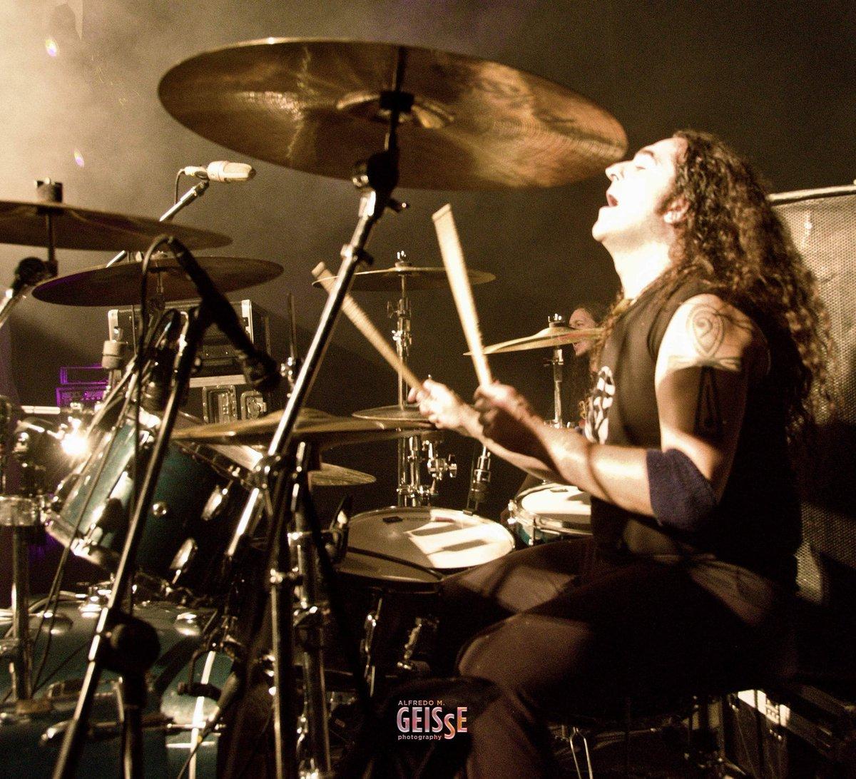 Don't let the dream fall.  Pic by #AlfredoMGeisse  . . . . #neversurrender #JoseUDrums #instadrummer #drumsdrumsdrums #drumstagram #drum #drummer #paiste #evans #pearl #meinl #uv1 #metronome #drumworld #DrumLife #MondayMotivation #DiaDpic.twitter.com/hBmkTYRVFA