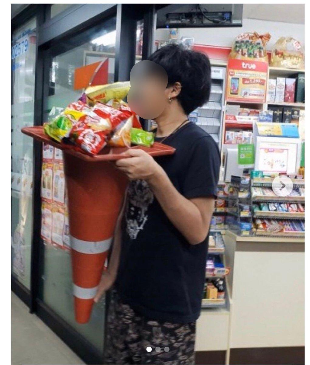タイ、『コンビニのレジ袋が廃止されたので三角コーンを入れ物にして買い物する客が増えてる』っていうニュースを見たので実践するために来月タイに行ってきます。バンコク在住のフォロワーさんは連絡ください。