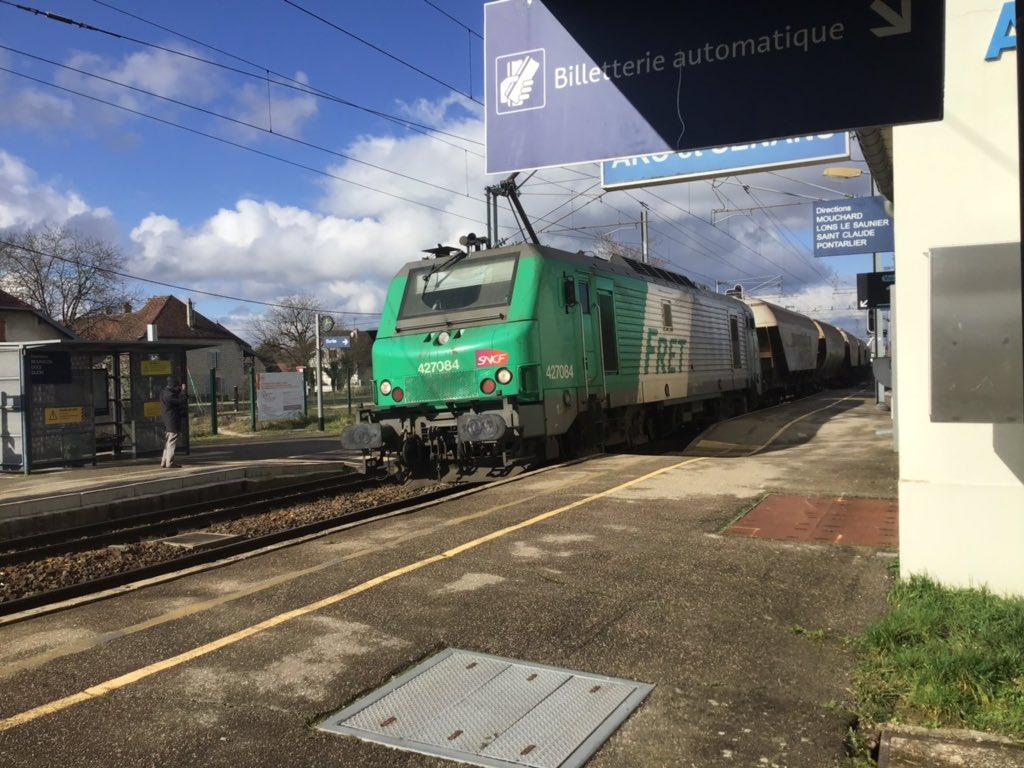 Il y a des jours où Fret Sncf joue à «pousse pousse» sur la Bosse.  Drôle de surprise au passage à Arc et Sentans, le train de céréales Dijon Vallorbe.  #LigneDeLaBosse #Fretpic.twitter.com/Hn89nNf9mS