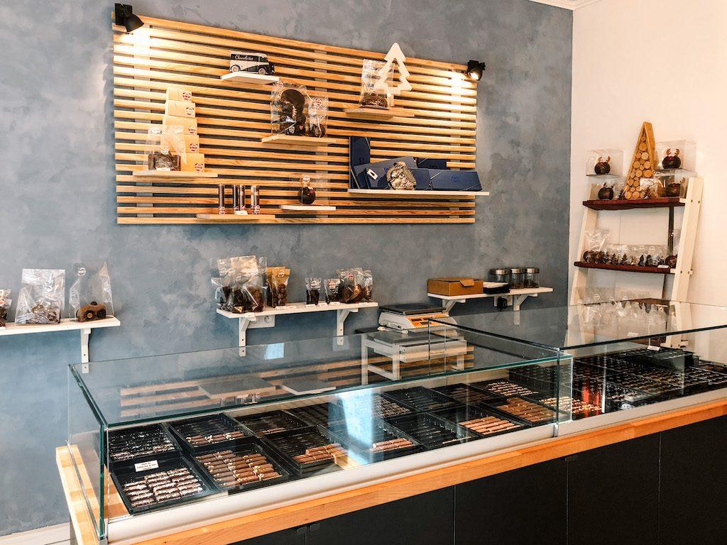 Nouvel article @LesSBlogueuses après leur visite à la chocolaterie @chocnroll_reims  Merci !  #chocolaterie #artisan #Reims #reimscity #instafood #chocolatier   https://sacreesblogueuses.com/nos-chocolateries-preferees-a-reims/?fbclid=IwAR1TNn0lBLvCb2GjIF_8AxKZY1RA9RsSWm9pOXZKey0J8VAbg8B3hwGNUp8…pic.twitter.com/wdJdI8a1p5