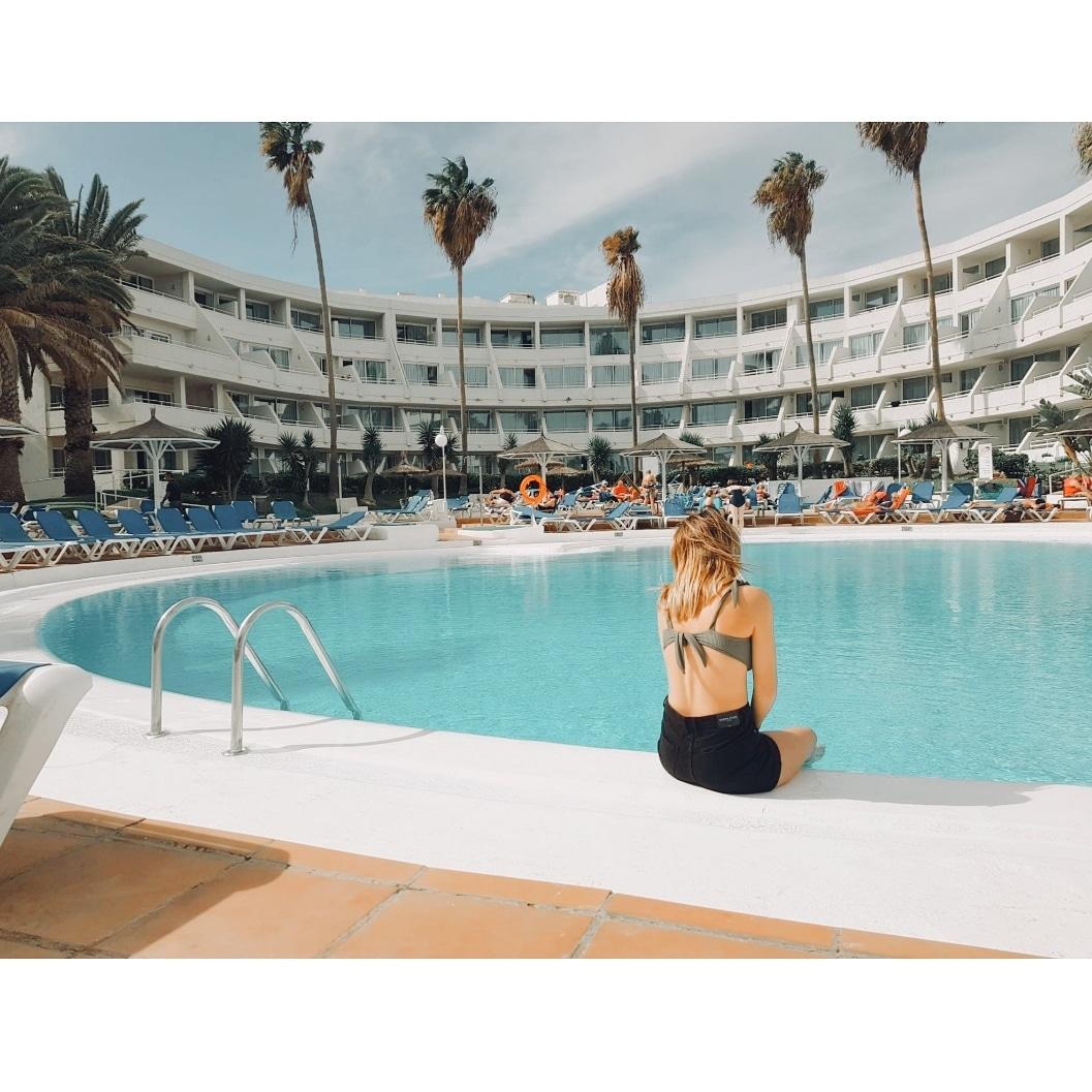 Tardes relajadas en la piscina que te hacen desconectar. #SolByMelia  Foto de: delamanodesarapic.twitter.com/r6WReZ8ygt