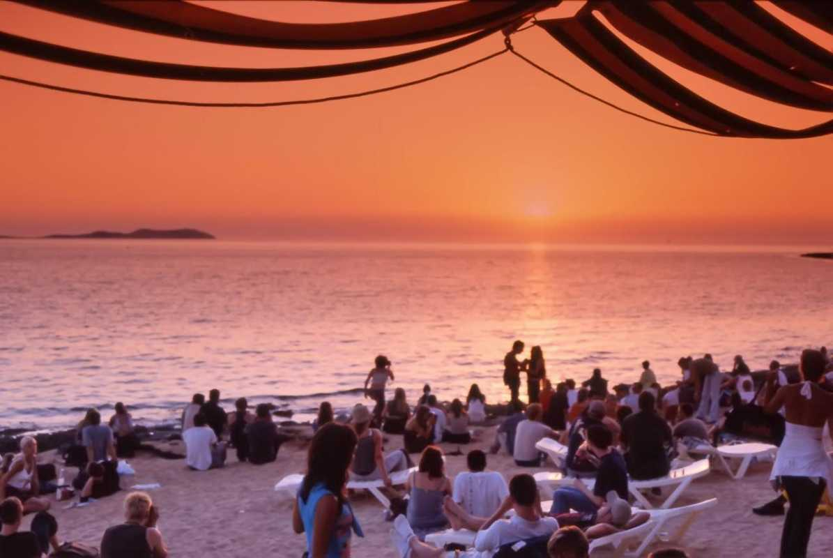 #CafeDelMarIbiza #SunsetsChilloutMusicProgressiveHouseMusic The sunsets and music are amazing in this #DJBar pic.twitter.com/FJZIVDdkgZ