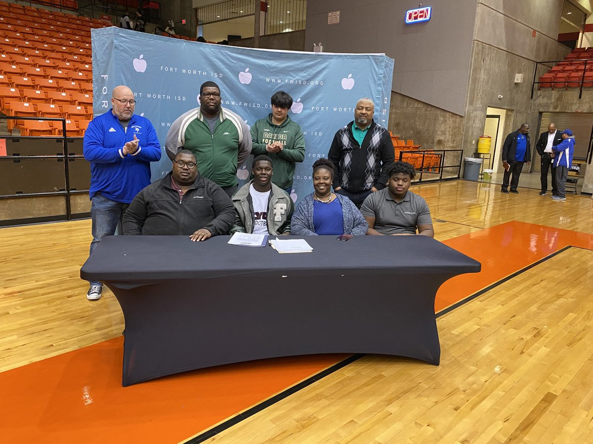 ⁦@TTHSBulldogs⁩ Tre Morgan signs to play football at football at Lion College!!!