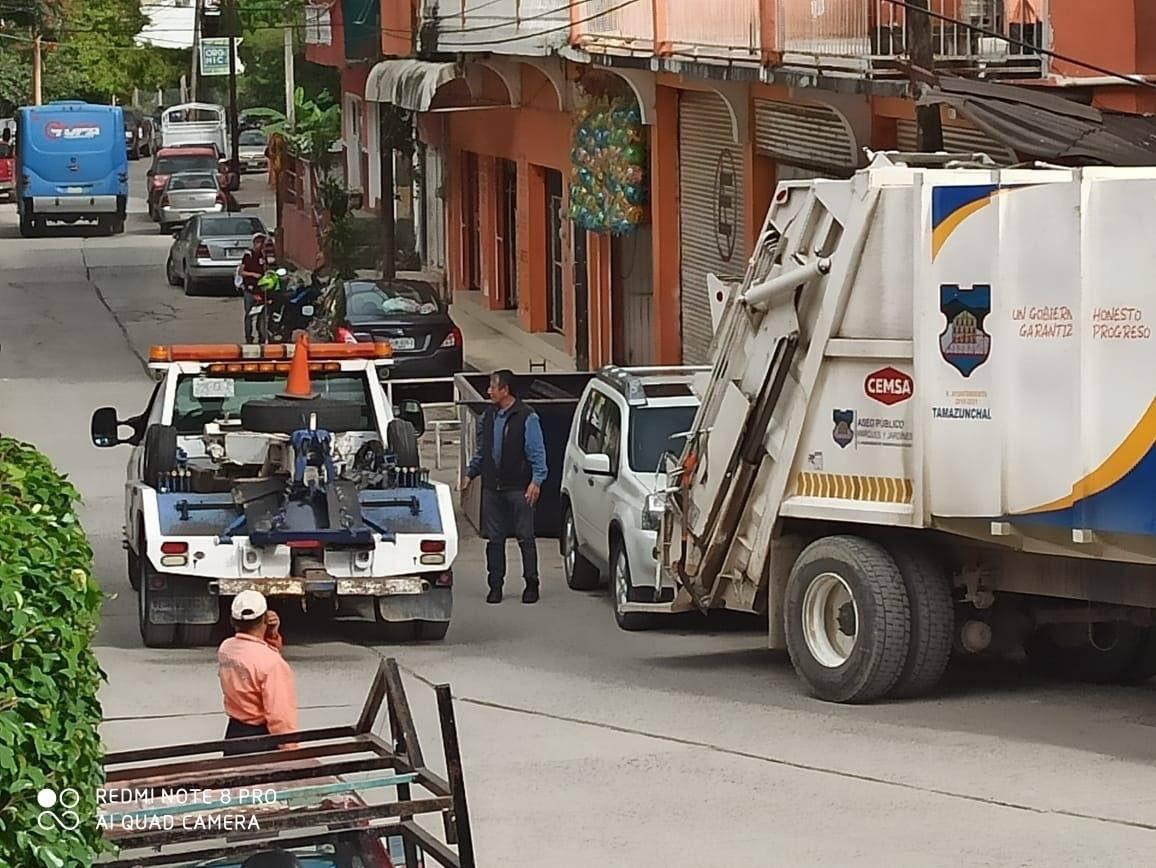 ¡Camión estorbando!   Conductor obstaculiza la zona de maniobra de camión recolector de basura en el #BarrioDelCarmen , por lo cual el vehículo será retirado por la grúa…