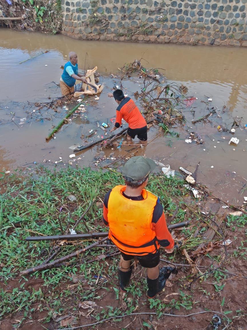 Pemdes, relawan dan Warga Desa Mantingan, Tahunan, Jepara, bersinergi membersihkan sampah yg menumpuk di sungai Tempur, pada Kamis, 7/2/2020. #BpbdJepara  @BNPB_Indonesia @BPBD_KabJepara @ganjarpranowo @jeparakabgoid @masandijepara @arwinbpbdjpr @jeparamempesona