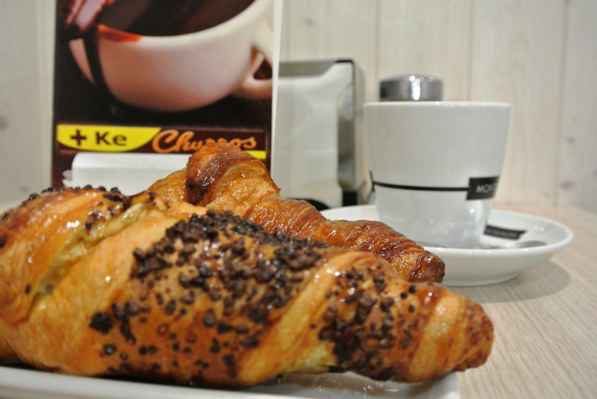 ¿Merendamos? Hoy tenemos antojo de un #croissant de #chocolate  http://www.maskechurros.com  Estamos en #Gijón #Villaviciosa #Siero #Oviedo #Sama #LaFelguera #Laviana #PoladeLena #Mieres #Grado #PiedrasBlancas #Luanco y #Candáspic.twitter.com/wr0vyiNOiz