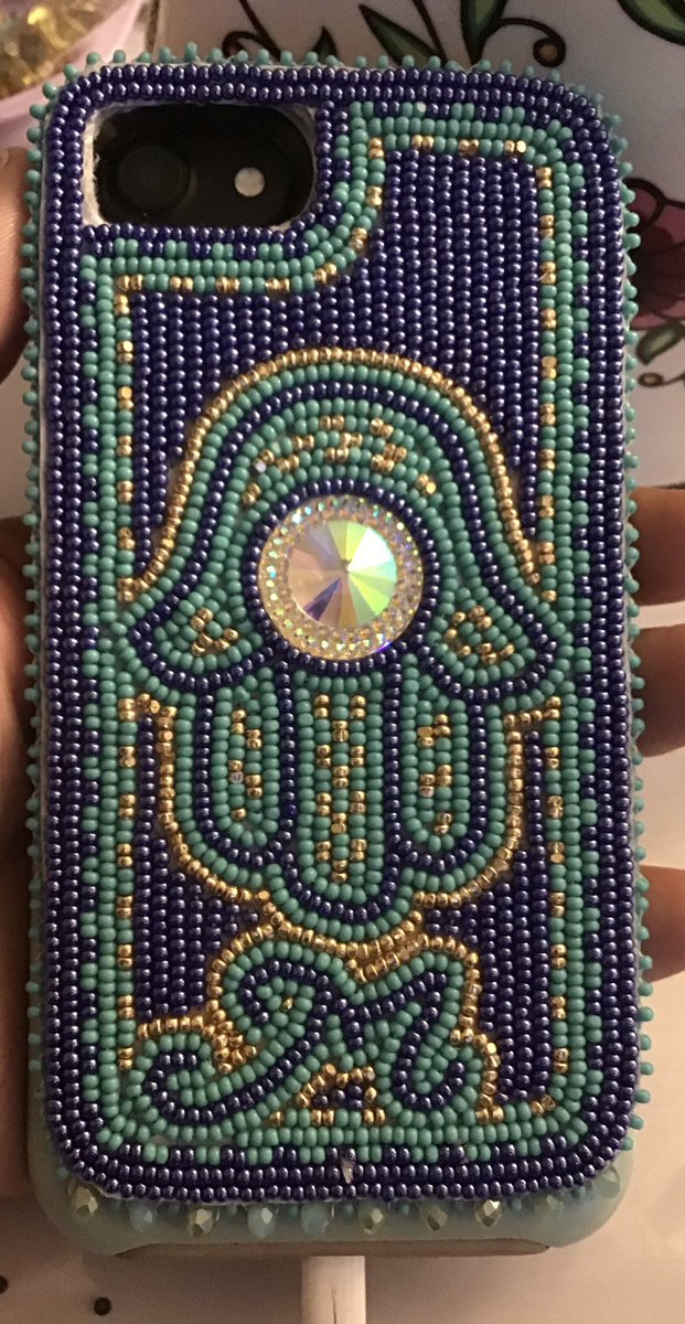 Just sharing my phone case I did #Beaded #Art #hamsa #handoffatima pic.twitter.com/86ww6bTqnq