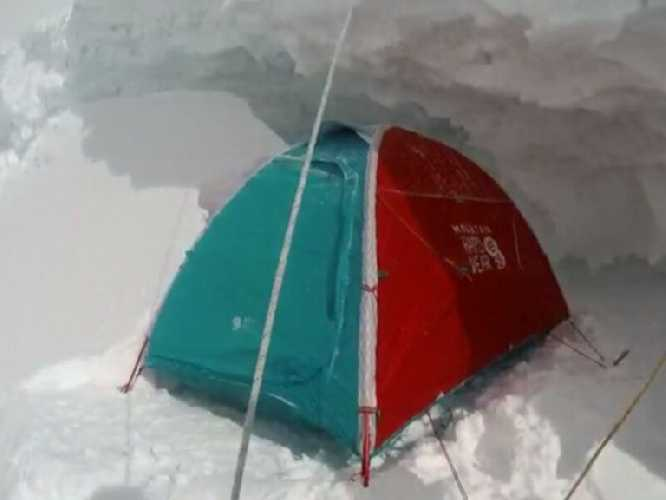 #BroadPeak & #K2 winter expedition 2020:   #DenisUrubko and Don Bowie reached crevase at 7000m. Don Bowie is extremaly sick pulmons. Tomorow they will leave deposit and rapell down to the Base Camp.  https://t.co/MWAxFAo3vC  #BPK2winter #K2 #winterexpedition https://t.co/jkXET6mUJK