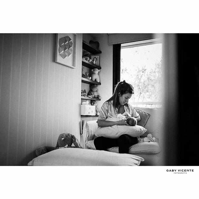 . Lo que una foto captura es invisible.  Tiempo.  Y ese que pasa tan rápido, queda detenido para siempre. . . . . #gabyvicentefotografia #gvfnewborns #gabyvicentenewborns  #fotografiadocumentaldefamilia #fotografiadocumentaldefamilias #documentaryfamilyphotography #fotosenca…pic.twitter.com/YUscMNncKa