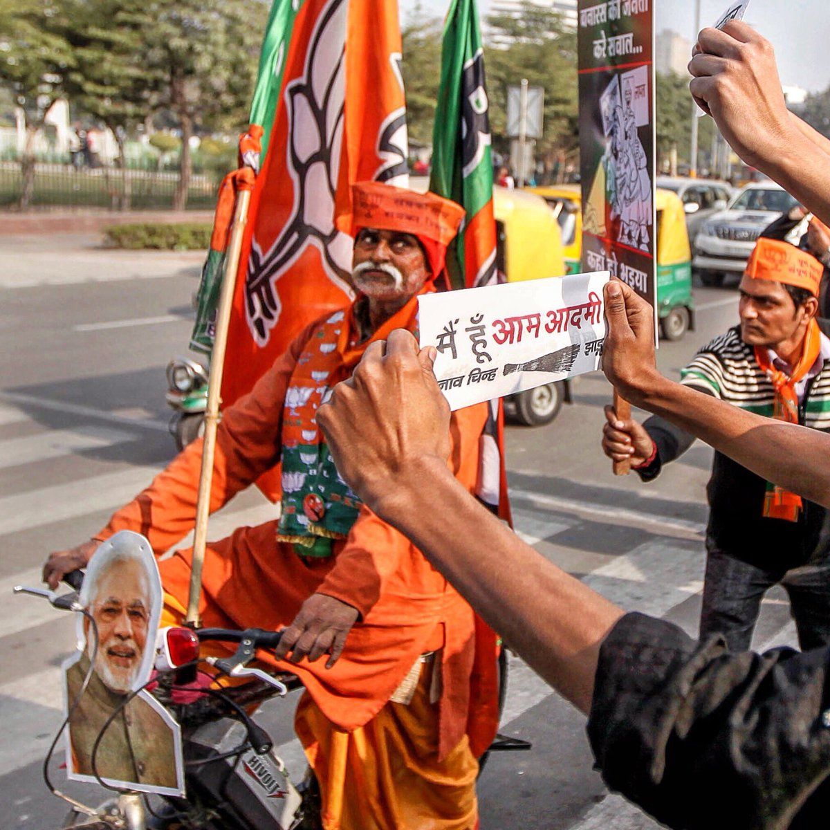 Enthusiastic supporters of #BJP and Aam Aadmi Party campaign for their candidates in Delhi, India. #archives #delhielections #delhi #india #reportagespotlight #bjp #aap @arvindkejriwal #modi #arvindkejriwal #storiesofindia #indiapolitics pic.twitter.com/XoT0bxFQ4Z