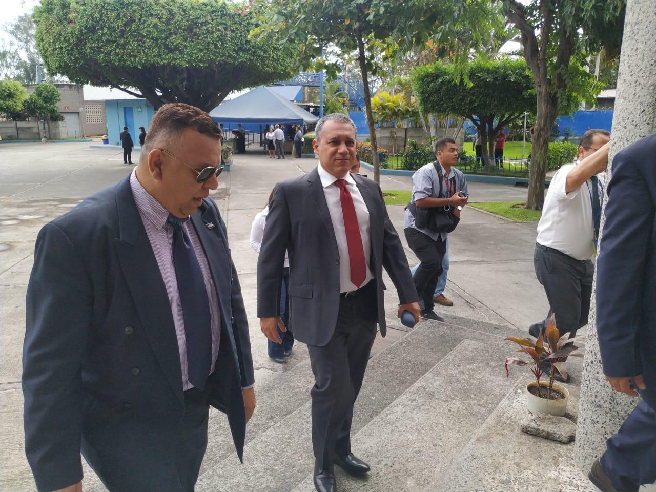 Arístides Valencia se presenta a juzgado para enfrentar acusación fiscal