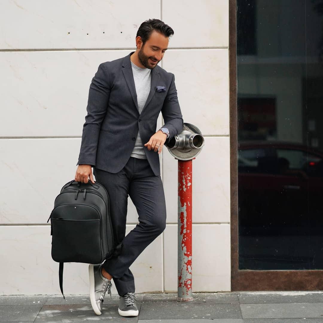 No pierdas el estilo. Si tienes una cita business casual, utiliza un traje gris con una basic t-shirt debajo. A demás un par de tennis complementaran este look.   #cool #fashion #trendy #urban #style  #menstyle  📷: memocapital