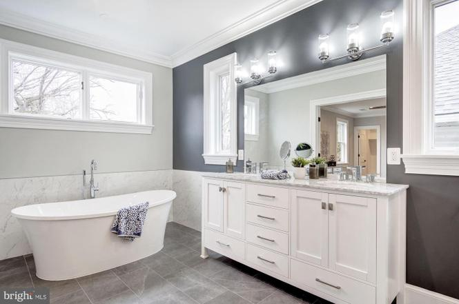 Bathing beauty! Our Breanne tub featured in this timeless classic grey and white bathroom.   #bathtubgoals #bathroom #freestandingtub #hydrosystems #bathtub #interiordesign #bathroomdesign #madeintheusa #hydrosystems #bathroomrenovation #bathroomdesignpic.twitter.com/Qn1BVSeCbM