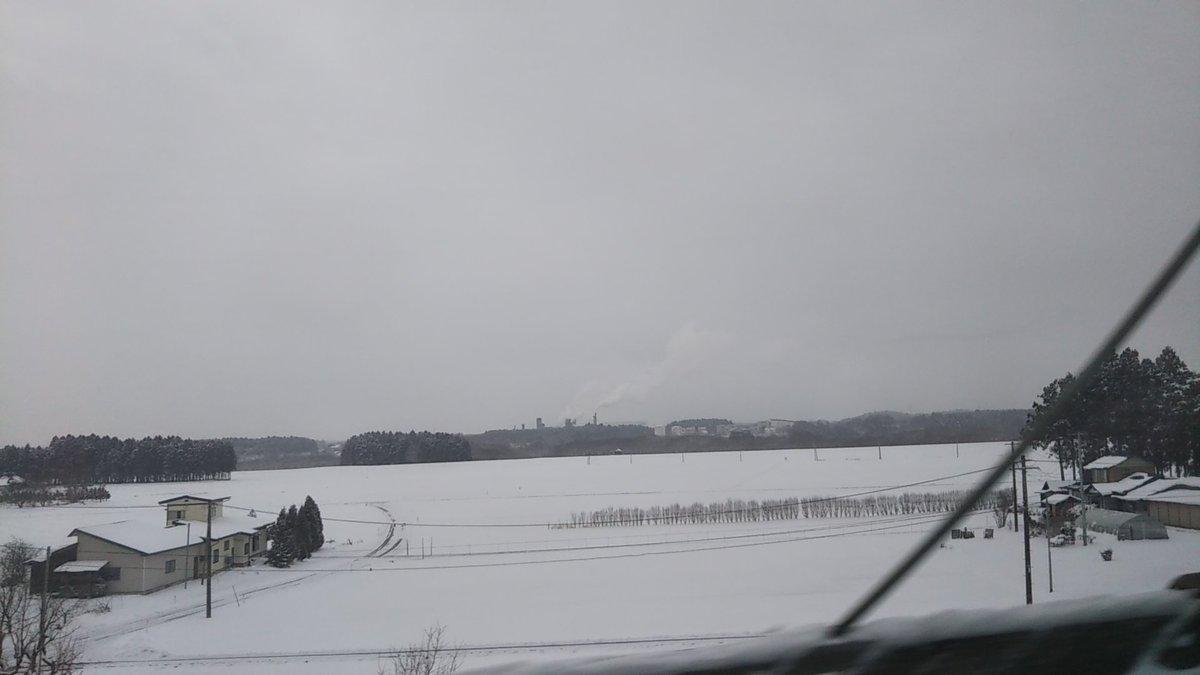 北上あたりにくると一気に雪景色 北上川かな⁉️ 寒そうだなぁ😱 空も青空が消えてるしね  #東北新幹線 #東北新幹線の車窓から #北上川 #雪景色