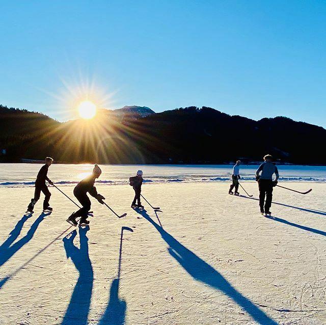 Unseren letzten Tag in Österreich verbrachten wir auf dem @visitweissensee beim Hockey spielen. Wir spielten bis zum Sonnenuntergang auf dem Natureis.  . . .  #urlaub #fravely #reisen #reiseblogger #reiseblogger_de #reiseblog #reisebloggerat #tr… https://www.instagram.com/p/B8QPP-UAy66/pic.twitter.com/nwHZJVg6Fg