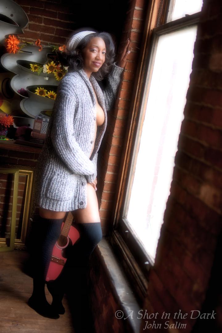 @salsera0127 looks warm, but gives you a peek at what's underneath #sweater #implied #longsocks #amused #smile #womanofcolor #shelves #flowers #knickknacks #picofthedaypic.twitter.com/epkodbt69U