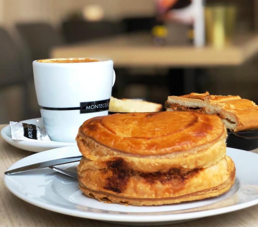 Un #pastelillo de atún acompañado de un #café  Una combinación perfecta a cualquier hora... http://www.maskechurros.com  Estamos en #Oviedo #Mieres #PoladeLena #PoladeLaviana #LaFelguera #Sama #PoladeSiero #Grado #PiedrasBlancas #Luanco #Candás #Gijón y #Villaviciosapic.twitter.com/RgdibJrhUz