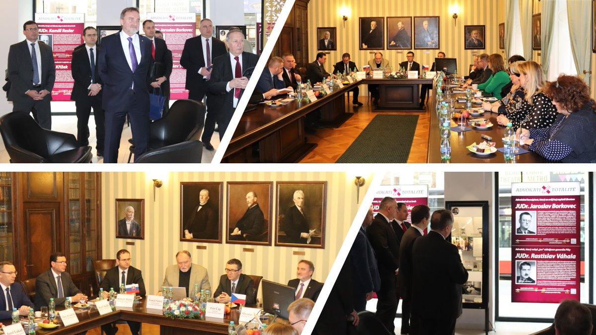 test Twitter Media - Členovia ústavnoprávneho výboru @NarodnaRadaSR jednají s představiteli @CAK_cz nejen o vinklářích, exekutorech, ale i dalších problémech, které pálí 🇸🇰 a 🇨🇿 legislativu. Slovenští poslanci si se @SenatCZ JUDr. Antlem  se zájmem prohlédli výstavu #AdvokatiProtiTotalite. https://t.co/4Ru8NpMPbY