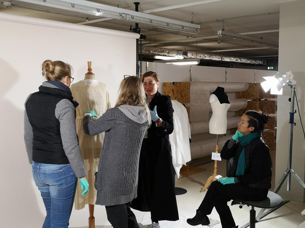 Ihr könnt gespannt sein: Die #Ausstellung #KleiderinBewegung setzt auf völlig neue Methoden, um historische Bewegungsabläufe erlebbar und nachvollziehbar zu machen! Auch neu: ein Audio-Walk der Künstlerinnen Susanne Schmitt und Laurie Young. Ab 19.3. zu erleben! #frauenmode pic.twitter.com/3ubVqc9yvW