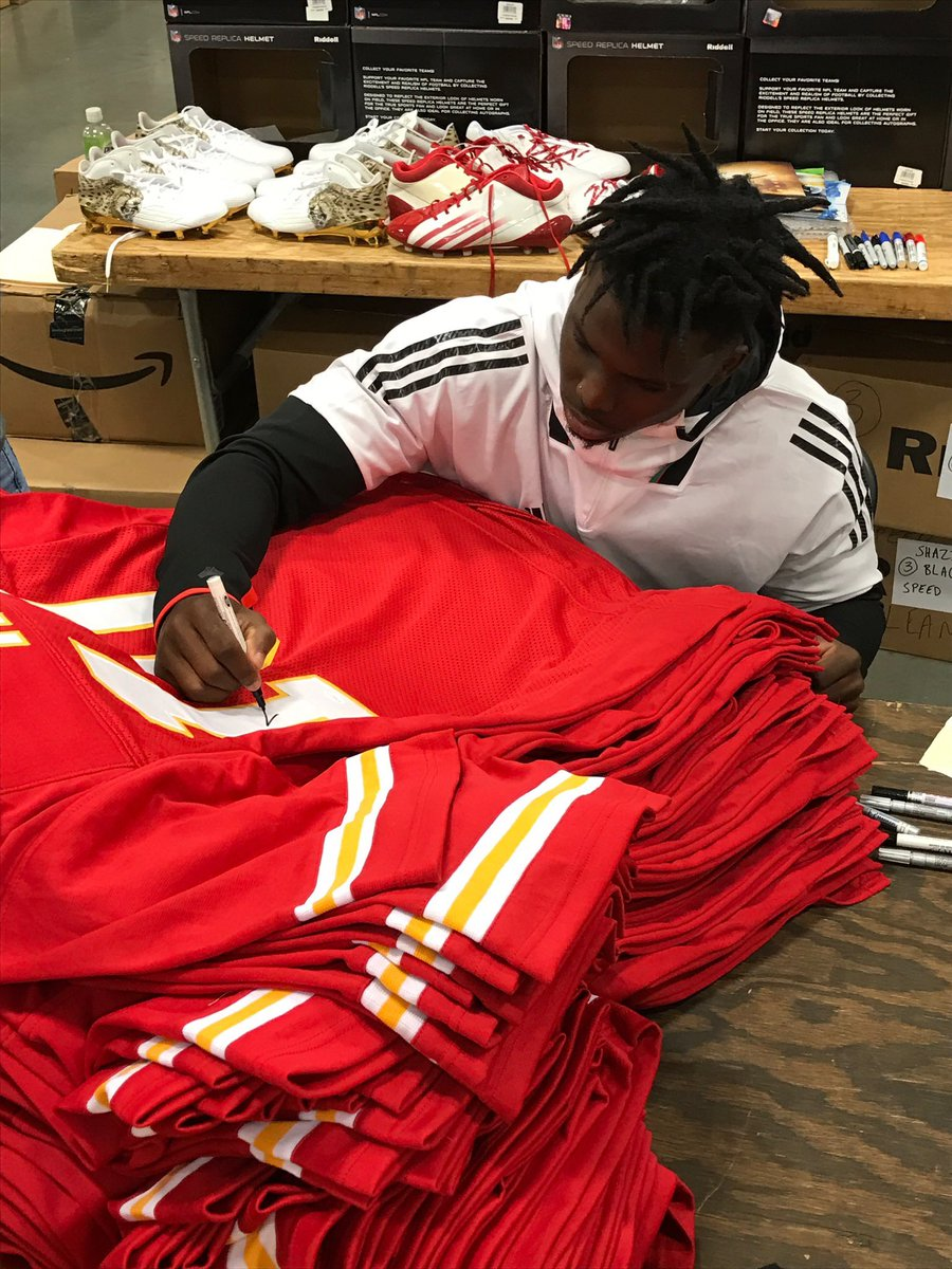 Do you want a chance to win this autographed Tyreek Hill Jersey from @TSEKansasCity? All you have to do is FOLLOW us, them and RETWEET this tweet! We'll pick a winner on Monday 2/10!