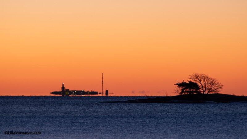 #Kangastus #aamurusko'ssa #Mirage in the #lightofdawn   Hyvää viikonloppua! Have a good weekend!   #Harmaja #majakka #Helsinki #Suomi #Finland  7.2.2020 #sää #luonto #meri #luonnonilmiö #maisema #talvi  #weather #nature #naturalphenomenon #seascape #winterpic.twitter.com/L6tYJLVHLr  by Ulla Vornanen