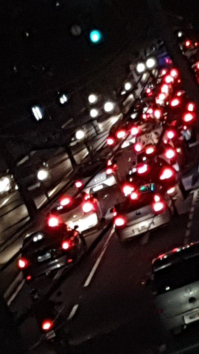 Gente... alguém tem info do que está acontecendo no Centro de Vix ?! Ambulância... policia... bombeiros, na contramão. E o trânsito mega parado. pic.twitter.com/SrtSw4HNNc #transitoagora #transitovix #centro #vitoria #gazetaonline #folhavitoria