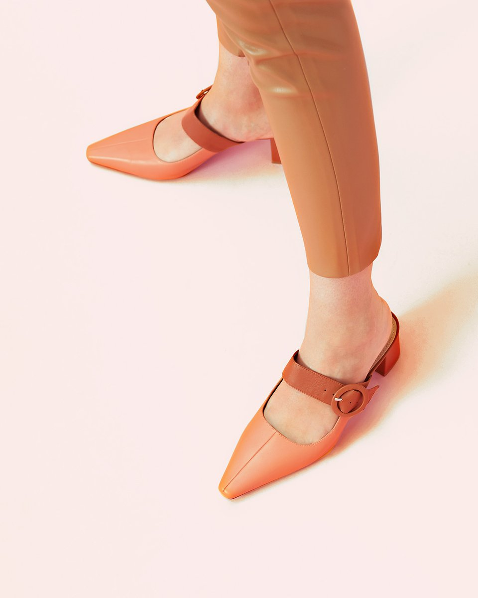 Two-tone buckled mules. Dressed up or down with pants or something more softer. View them here http://ow.ly/Qv7T50ybDmZ  #pedroshoes_official