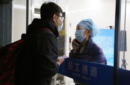 Perawat di Rumah Sakit Provinsi Zhejiang, China, Chen Ying, hanya bisa menatap calon suaminya dari balik kaca.