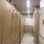 『簡易的だけど画期的』なトイレ/トイレが空いているのか、誰か入っているのかはっきり分かる。