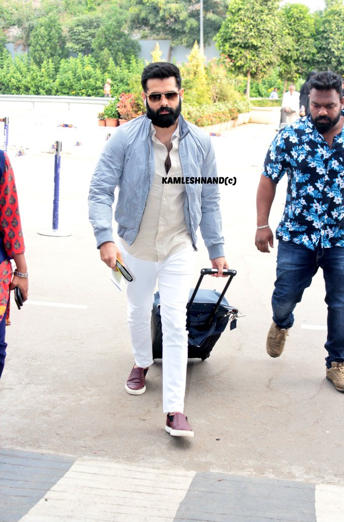 Energetic star #Rampothineni in style   papped at hyd international off to Europe for song shoot @kamlesh_nand @ramsayz #redthefilm #Tollywood #southcelebs pic.twitter.com/4WPMzU3f3M