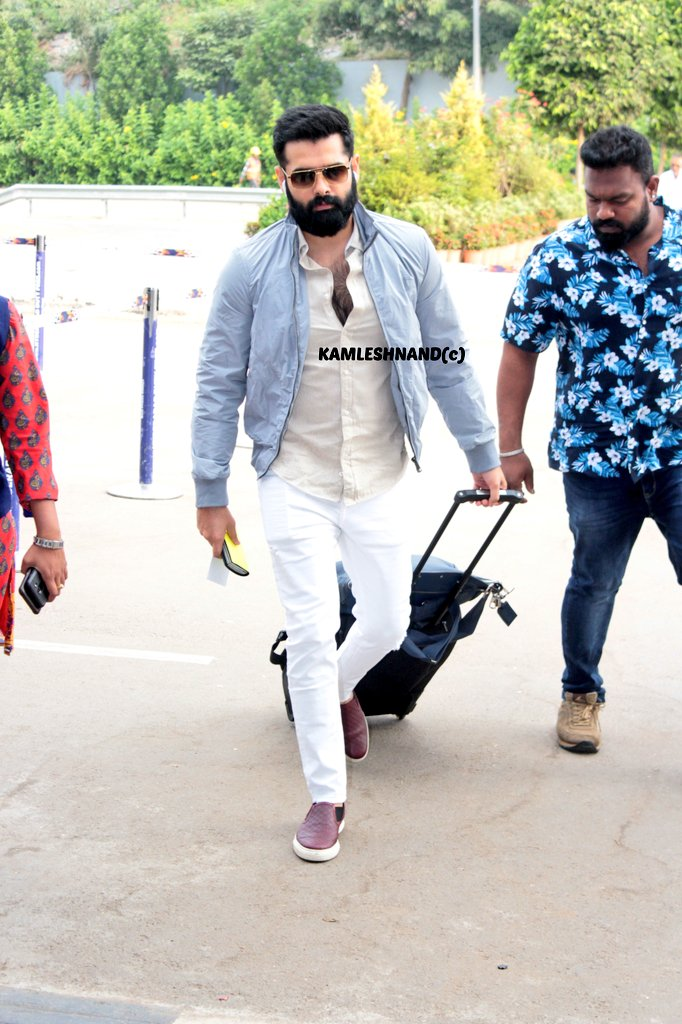 Energetic star #Rampothineni in style   papped at hyd international off to Europe for song shoot @kamlesh_nand @ramsayz #redthefilm #Tollywood #southcelebs pic.twitter.com/oic8FsklU6