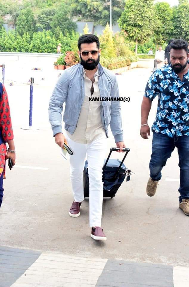 Energetic star #Rampothineni in style   papped at hyd international off to Europe for song shoot @ramsayz #redthefilm #Tollywood #southcelebs pic.twitter.com/4IS3GRZM1h
