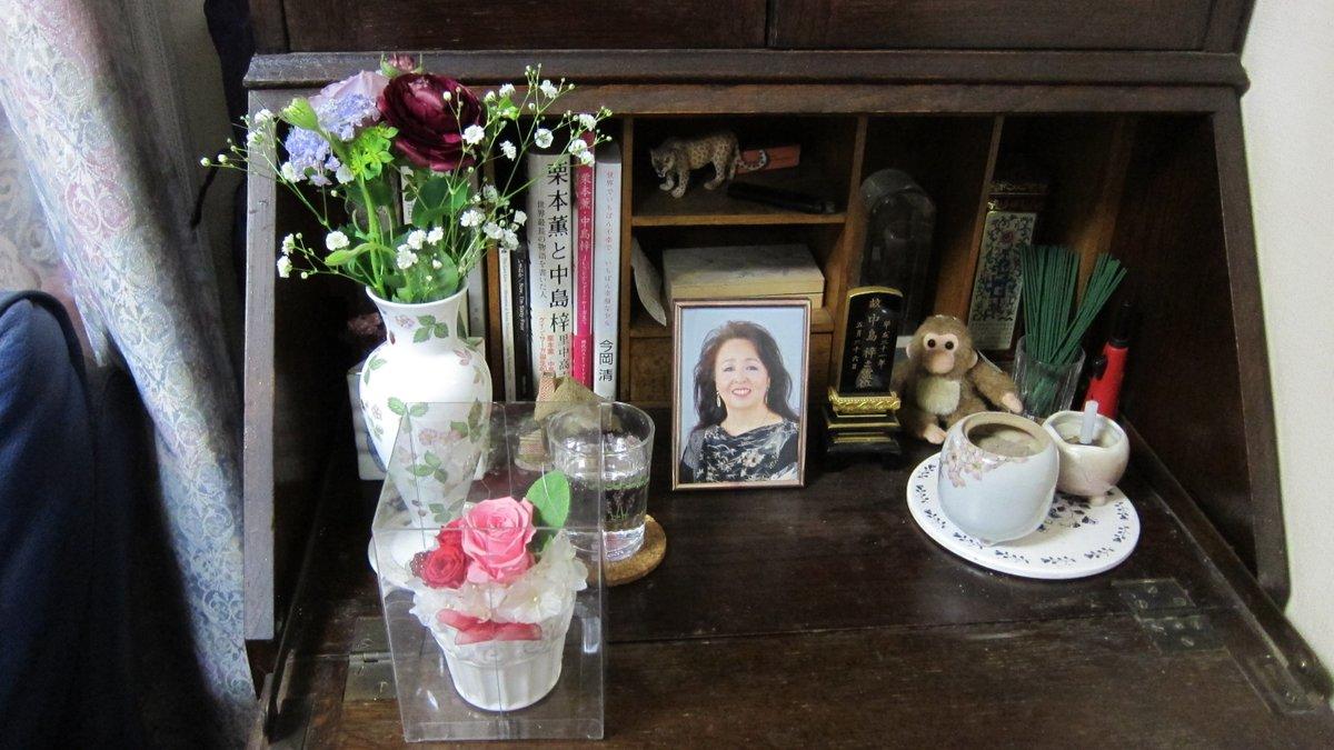会場でいただいた写真は、中島の写真と位牌の置かれたライティング・デスクにお供えしました。