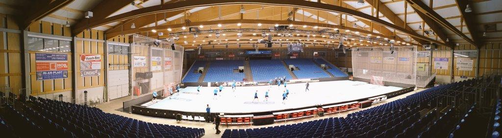 Z zewnątrz wygląda jak hala produkcyjna. Ale wewnątrz robi wrażenie. Około 2000 osób ma jutro zasiąść na trybunach Rothenbach Halle w Kassel. #sportopolski #GwardiaOpolepic.twitter.com/nEvoMGU5sv
