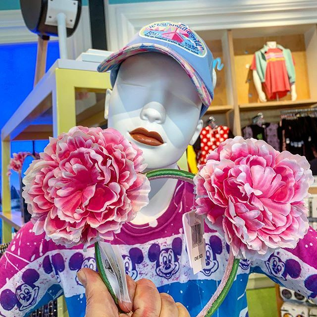 Springwear at Disney Springs. Specifically, spring ears headbands and more at Disney Style.  #photobyasd #disneysprings #disneyshopping #disneystyle #disneyfashion #headbands #ears https://mouse.pt/3773S8V @alandalinkapic.twitter.com/Mv5RqF2RcH