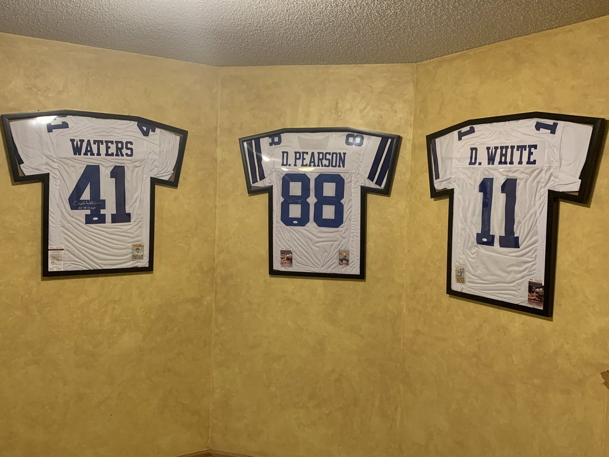 Finally got my Christmas presents framed and hung. 3 of my favorite @dallascowboys players from my childhood. #drewpearson #dannywhite #charliewaters #DallasCowboys #CowboysNationpic.twitter.com/C5PReWkCDt
