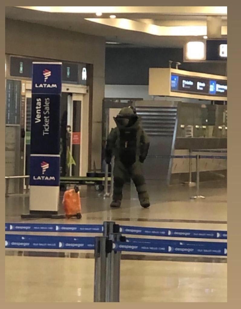 """Bomb has been defused...Counter terrorists win""  #aeroparque pic.twitter.com/2ShmJojY59"