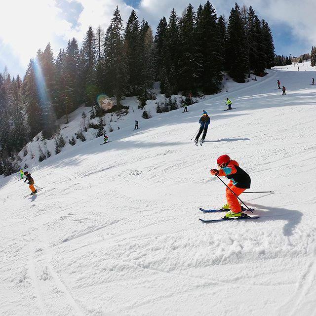 Huiiii - da ging es den Berg hinab. Am Nassfeld waren wir vergangene Woche Skifahren . Was für ein Spaß für uns alle.  . . .  #urlaub #fravely #reisen #reiseblogger #reiseblogger_de #reiseblog #reisebloggerat #travel #travelblog #travelblogger #… https://www.instagram.com/p/B8VloEZqAR-/pic.twitter.com/iJ4Wdxdbvp