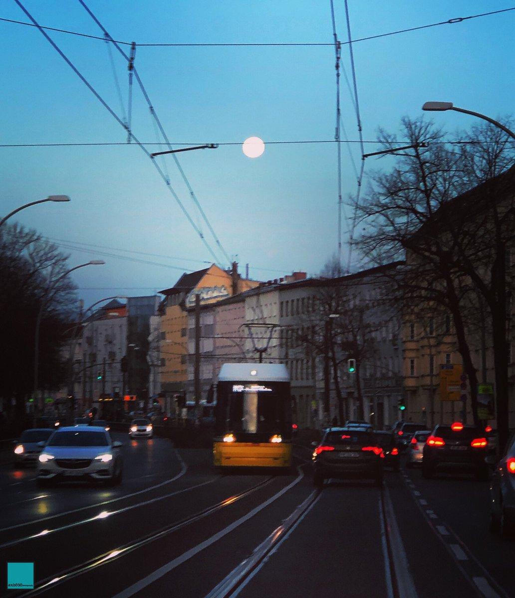 Was für ein #Vollmond gestern Abend in #Berlin.  #weilwirdichlieben @BVG_Tram #strassenbahn #Travel #berlinpage #diestadtberlin #wonderlustberlin #topberlinphoto #visitberlin #urbanandstreet #urbanromantix #shotoniphone #CityLife #StreetPhotography #travelphotography #CityScapepic.twitter.com/g5UmOTXHOP