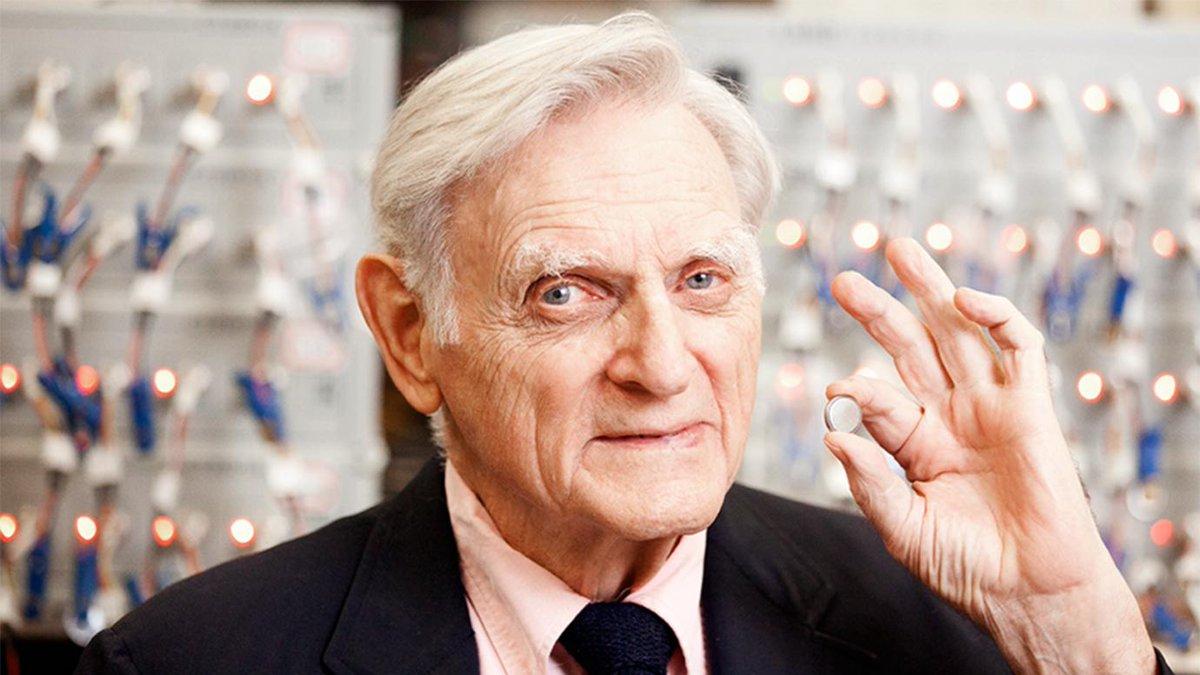John Goodenough, 'n gehate blanke man (tans 97 met die Nobelprys vir 2019 in sy sak), se litium-ioontegnologie het selfone en elektriese motors moontlik gemaak. Hy gaan ons van #Eksdom ook bevry!