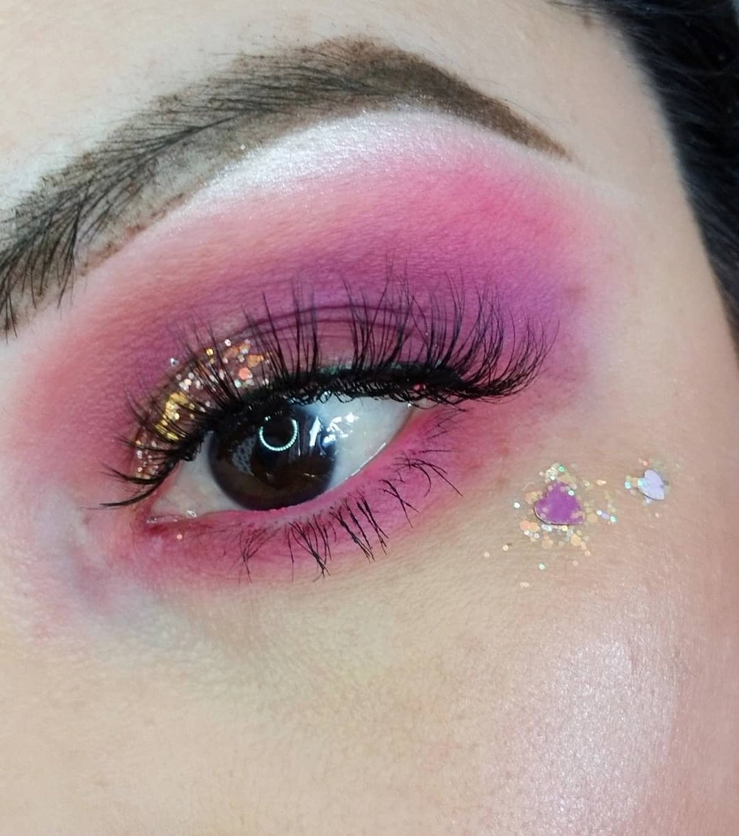 Love Is In The Air  Products Used  Foundation: @bareminerals Made2fit  Eyes: @blushtribe The laila palette  Glitter: @colourpopcosmetics Hopeless Romantic  #beauty #makeup  #motd #makeuppage #valentines #valentinesmakeuplookpic.twitter.com/7shp4PGdNL