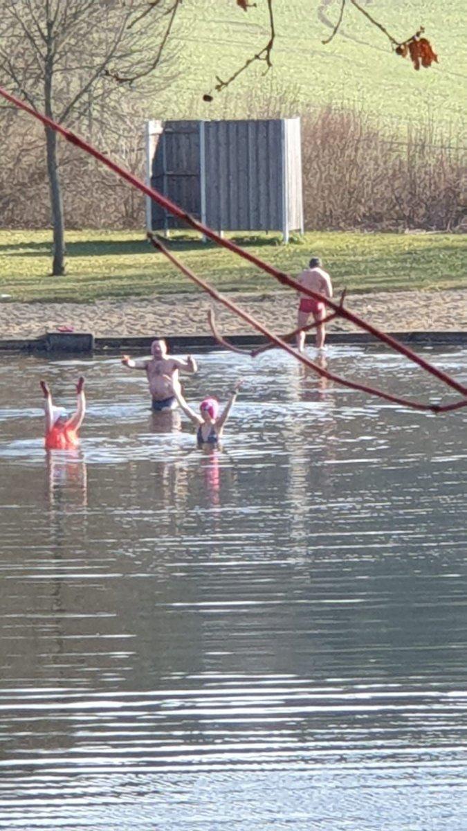 Sommerstimmung bei unseren russischen Freunden an einem See Nähe #Regensburg. Etwas Eis schwimmt auf dem Wasser, die  brennt! Mütze und Handschuhe an und ab ins   Ich hätte sehr gerne mitgemacht. #Eisbaden #Winterschwimmenpic.twitter.com/aLsvliSy5j