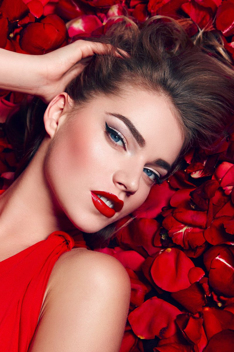 """Get a glossy red lip for Valentine's Day with the Tintalizing Lip Tint in """"To the End""""     https://bit.ly/2RVX5td  #RedLip #ValentinesDayLookpic.twitter.com/SWzYldhmJa"""