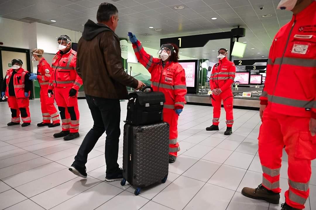 #coronavirus Proseguono i controlli sanitari negli aeroporti @DPCgovLe nostre squadre attivate ed operative 👇✈️ 10 aeroporti ⛑ 50 fra #medici #infermieri #soccorritori⏱ dalle 5- 24 operativi in squadre a turnazione🇮🇹 Hub su voli internazionali#cisiamocisom
