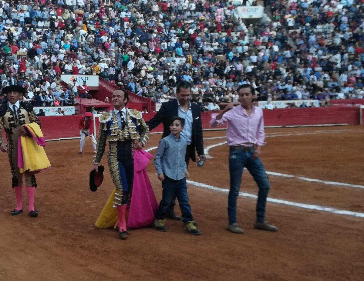"""Información @Latitud_mx El matador Antonio Ferrera enloqueció a @LaPlazaMexico tras la faena que le hizo a """"Tocayo"""" de La Joya, que se convierte en el tercer toro indultado está temporada y el número 35 en la historia de la Plaza México."""